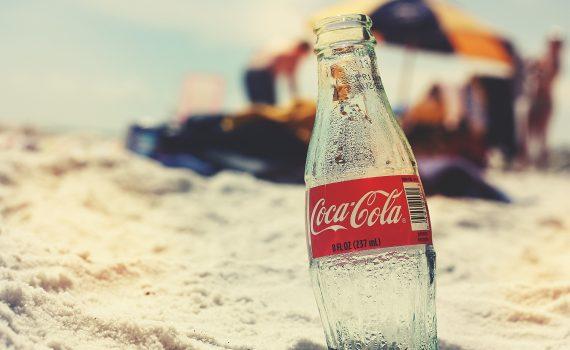 Kalte Getränke aus dem Automaten - Coca Cola am Strand